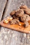 Biscuits de farine d'avoine faits maison avec des raisins secs, épices, écrous photographie stock