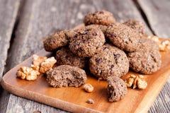 Biscuits de farine d'avoine faits maison avec des raisins secs, épices, écrous Photographie stock libre de droits