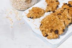 biscuits de farine d'avoine faits maison avec des raisins secs sur le conseil en bois blanc images stock