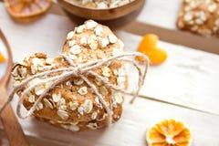 Biscuits de farine d'avoine faits maison sur la table en bois Photographie stock libre de droits