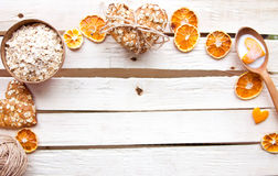 Biscuits de farine d'avoine faits maison sur la table en bois Photos stock