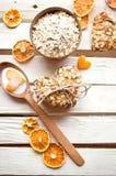 Biscuits de farine d'avoine faits maison sur la table en bois Photo libre de droits