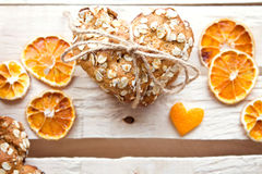 Biscuits de farine d'avoine faits maison sur la table en bois Photos libres de droits