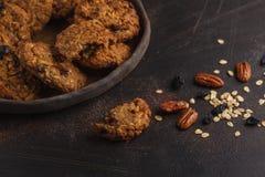 Biscuits de farine d'avoine faits maison de vegan avec des raisins secs, des noix de pécan et des dates H images libres de droits