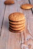 Biscuits de farine d'avoine frais dans une pile Image stock