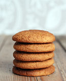 Biscuits de farine d'avoine frais dans une pile Photo libre de droits