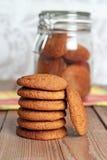 Biscuits de farine d'avoine frais dans une pile Image libre de droits