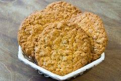 Biscuits de farine d'avoine frais Petit déjeuner délicieux et sain fortifiant le thé chaud avec le citron frais Photographie stock libre de droits