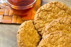Biscuits de farine d'avoine frais Petit déjeuner délicieux et sain fortifiant le thé chaud avec le citron frais Photographie stock