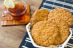 Biscuits de farine d'avoine frais Petit déjeuner délicieux et sain fortifiant le thé chaud avec le citron frais Images stock