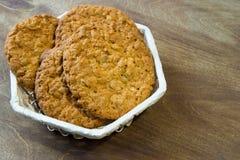 Biscuits de farine d'avoine frais Petit déjeuner délicieux et sain fortifiant le thé chaud avec le citron frais Image stock