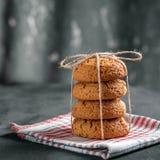 Biscuits de farine d'avoine savoureux sur une serviette Endroit pour l'inscription Th Photographie stock libre de droits