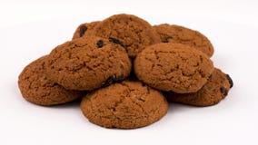 Biscuits de farine d'avoine de style campagnard avec des raisins secs rotation D'isolement sur le blanc banque de vidéos