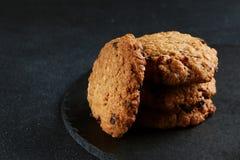 Biscuits de farine d'avoine sur le fond foncé biscuits de pile image stock