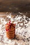 Biscuits de farine d'avoine sur un fond d'avoine, à côté d'un verre de lait, sur le panneau de vintage Image libre de droits