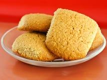 Biscuits de farine d'avoine sur une soucoupe images stock