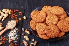 Biscuits de farine d'avoine d'un plat noir photos libres de droits