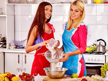 Biscuits de femme faisant la pâte cuire au four Photographie stock