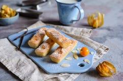 Biscuits de financier avec des flocons de Physalis et d'amande image libre de droits