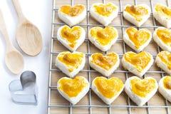 Biscuits de forme de coeur avec la noix de cajou ou le biscuit et le bois de Singapour Image libre de droits