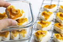 Biscuits de forme de coeur avec la noix de cajou ou le biscuit de Singapour en verre Image stock