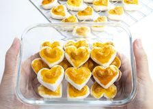 Biscuits de forme de coeur avec la noix de cajou ou le biscuit de Singapour en verre Photo libre de droits