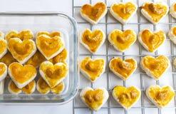 Biscuits de forme de coeur avec la noix de cajou ou le biscuit de Singapour en verre Photos stock