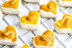 Biscuits de forme de coeur avec la noix de cajou ou le biscuit de Singapour sur le blanc Photo libre de droits