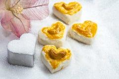 Biscuits de forme de coeur avec la noix de cajou ou le biscuit de Singapour sur le p Photo libre de droits