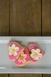Biscuits de forme de coeur dans le plat sur la planche en bois Photos stock