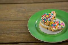 Biscuits de forme de coeur dans le plat sur la planche en bois Images libres de droits