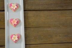 Biscuits de forme de coeur dans le plateau Image stock