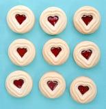 Biscuits de forme de coeur remplis de la sauce à framboise Images libres de droits