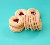 Biscuits de forme de coeur remplis de la sauce à framboise Photos stock