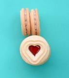 Biscuits de forme de coeur remplis de la sauce à framboise Photo stock
