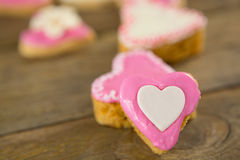 Biscuits de forme de coeur sur la planche en bois Photos stock
