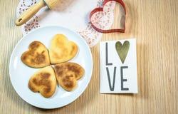 Biscuits de forme de coeur sur la table en bois Photo stock