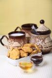 Biscuits de fromage avec du miel et le lait Images libres de droits