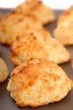 Biscuits de fromage de cheddar sur une feuille de biscuit photographie stock libre de droits