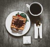Biscuits de gaufre avec la tasse de confiture et de café les cubes en sucre se ferment sur une table en bois Petit déjeuner délic Photographie stock libre de droits