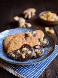 Biscuits de gingembre décorés du chocolat et des morceaux de gingembre glacé Photos libres de droits