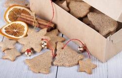 Biscuits de gingembre dans une boîte et à côté d'une boîte décorums du ` un s de nouvelle année Photo libre de droits
