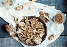 Biscuits de graine de lin, de sésame, de tournesol et d'épices sur une obscurité Photo stock