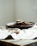Biscuits de graine de lin, de sésame, de tournesol et d'épices sur une obscurité Photos stock