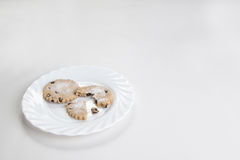 Biscuits de groseille d'un plat blanc Images stock