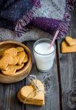 Biscuits de jour de valentines et verre en forme de coeur de lait Photos libres de droits