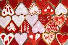 Biscuits de jour du ` s de Valentine Biscuits en forme de coeur pour le jour du ` s de valentine Biscuits en forme de coeur rouge Photos stock