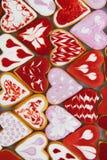 Biscuits de jour du ` s de Valentine Biscuits en forme de coeur pour le jour du ` s de valentine Biscuits en forme de coeur rouge Photo libre de droits