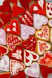 Biscuits de jour du ` s de Valentine Biscuits en forme de coeur pour le jour du ` s de valentine Biscuits en forme de coeur rouge Images libres de droits