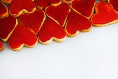 Biscuits de jour du ` s de Valentine Biscuits en forme de coeur pour le jour du ` s de valentine Biscuits en forme de coeur rouge Image libre de droits